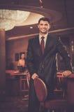 豪华赌博娱乐场内部的英俊的人 库存照片