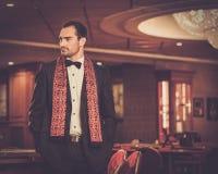 豪华赌博娱乐场内部的英俊的人 免版税图库摄影