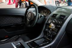 豪华跑车阿斯顿・马丁V-8有利N430的客舱(自2015以来) 免版税库存图片