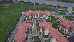 豪华郊区公寓住宅区顶视图  夹子 鸟瞰图复杂的公寓和住宅房子 库存照片
