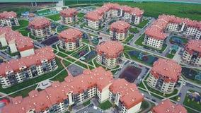 豪华郊区公寓住宅区顶视图  夹子 鸟瞰图复杂的公寓和住宅房子 免版税库存照片