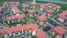 豪华郊区公寓住宅区顶视图  夹子 鸟瞰图复杂的公寓和住宅房子 免版税图库摄影