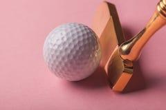 豪华金子高尔夫俱乐部和球 免版税库存图片