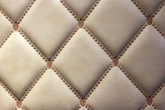 豪华金黄皮革墙壁 免版税库存照片