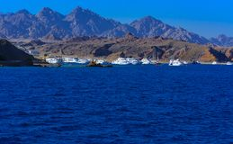 豪华雪白马达游艇在反对蓝天的红海在独特的Ras附近 库存照片
