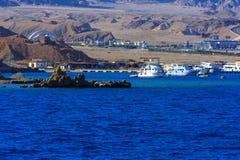 豪华雪白马达游艇在反对蓝天的红海在独特的Ras附近 免版税库存照片