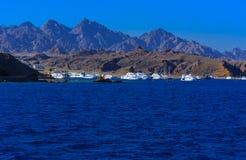 豪华雪白马达游艇在反对蓝天的红海在独特的Ras附近 免版税库存图片