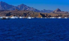 豪华雪白马达游艇在反对蓝天的红海在独特的Ras附近 图库摄影