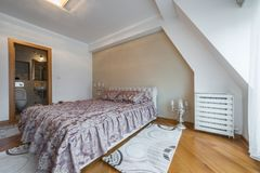 豪华顶楼卧室的内部有主要床和卫生间的 库存图片