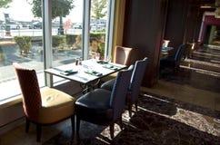 豪华餐馆内部在旅馆里 免版税库存照片