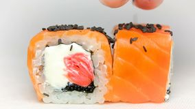 豪华餐馆寿司断送与新鲜的未加工的三文鱼、乳酪姜桃红色和tobiko鱼子酱的Otary maki 股票录像