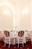 豪华餐馆桌和椅子 免版税库存照片