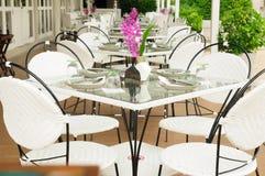豪华饭桌设置外部餐馆,泰国。 免版税库存照片