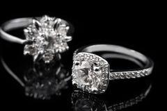 豪华首饰 人造白金或银与金刚石特写镜头的定婚戒指在黑玻璃背景 选择聚焦 库存照片