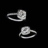 豪华首饰 人造白金或银与金刚石特写镜头的定婚戒指在黑背景 选择聚焦 图库摄影