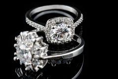 豪华首饰 人造白金或银与金刚石特写镜头的定婚戒指 选择聚焦 免版税库存图片