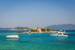 豪华马达乘快艇在船锚靠近在一个小海岛上的老堡垒 库存图片