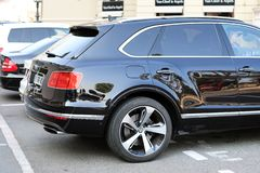 豪华黑色SUV本特利Bentayga在摩纳哥-侧视图 库存照片