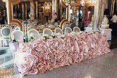 豪华,典雅的结婚宴会桌安排,花卉分 免版税库存图片