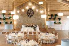 豪华,典雅的结婚宴会桌安排,花卉焦点 库存照片