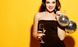豪华,夜生活,党概念-晚礼服的美女与白酒和迪斯科球 库存照片