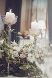 豪华宴会桌设置了与花奶油色玫瑰的富有的装饰,桃红色康乃馨,高白色的南北美洲香草,典雅 图库摄影