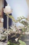 豪华宴会桌设置了与花奶油色玫瑰的富有的装饰,桃红色康乃馨,高白色的南北美洲香草,典雅的蜡烛 免版税图库摄影