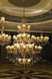 豪华水晶天花板照明设备在购物大厅里 免版税库存图片