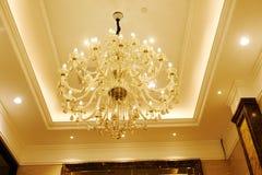 豪华水晶枝形吊灯在旅馆大厅里 免版税图库摄影