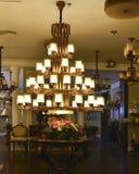 豪华水晶枝形吊灯灯由被带领的电灯泡打开 库存照片