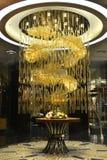 豪华水晶枝形吊灯照明设备在商店大厅里 库存图片