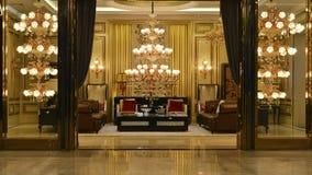 豪华水晶枝形吊灯照明设备大厅装饰 库存图片