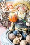 豪华玻璃ChaFarmer小雕象用南瓜和坚果 装饰万圣节 ndelier在白色背景 库存图片