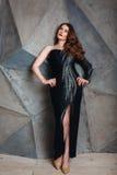 豪华黑礼服的年轻红色头发妇女 免版税库存图片