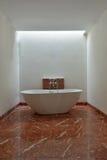 豪华浴缸在宽空间卫生间里 库存照片