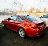 豪华BMW M4红色小轿车在城市停放了 库存图片