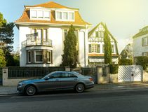 豪华Mercedez苯S类大型高级轿车在tradit前面停放了 免版税图库摄影