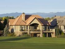 豪宅后面对高尔夫球场 免版税库存照片