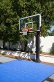 豪宅家庭室外篮球场 免版税库存图片