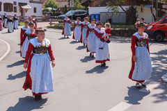 豪斯哈姆/德国/巴伐利亚09th 8月:女孩小组围腰 免版税库存图片