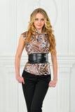 豹子打印女衬衫的美丽的金发碧眼的女人。 免版税库存照片