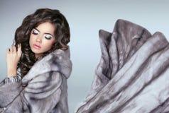 貂皮皮大衣的美丽的时尚妇女 luxurio的冬天女孩 免版税库存图片