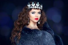 貂皮皮大衣的美丽的深色的妇女 珠宝 时尚花花公子 库存照片