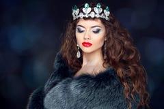 貂皮皮大衣的美丽的深色的妇女 珠宝 时尚花花公子 图库摄影