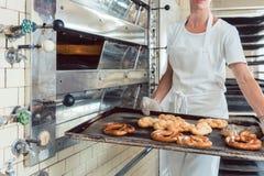 贝克提出在盘子的新近地被烘烤的面包 免版税库存照片