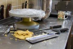 贝克的书桌,面团碗,小铲,蛋糕的转盘 库存图片