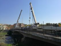 贝内文托-在桥梁星期六的起重机 库存图片