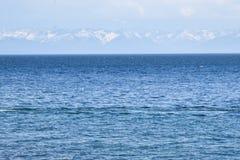 贝加尔湖俄罗斯大海和山  免版税库存照片