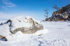 贝加尔湖冰湖熔化的冬天 免版税库存照片