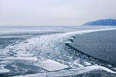 贝加尔湖冰湖熔化 免版税库存照片